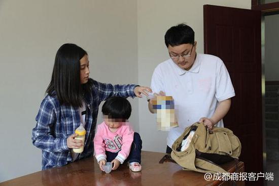 90后父母离婚将1岁女儿丢法院 未婚女民警当起临时妈妈