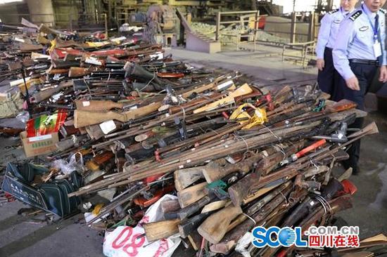 四川全省公安机关在凉山集中销毁枪爆物品