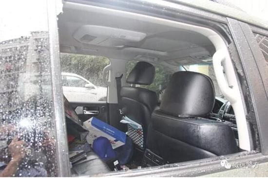 内江男子雨夜砸车偷盗 还把赃物藏在小区草丛中
