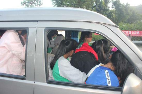 7座車里擠進22個中學生 四川一司機嚴重超員被刑拘