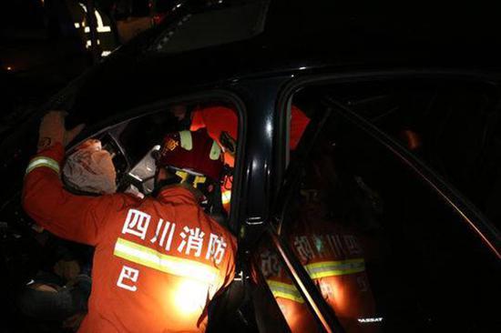 巴中一轎車彎道高速行駛撞上面包車 致2死3重傷
