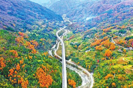历经9年建设,巴陕高速公路全线建成通车。