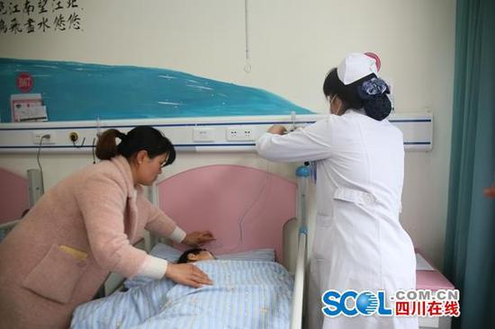 孩子母亲(左)张玲