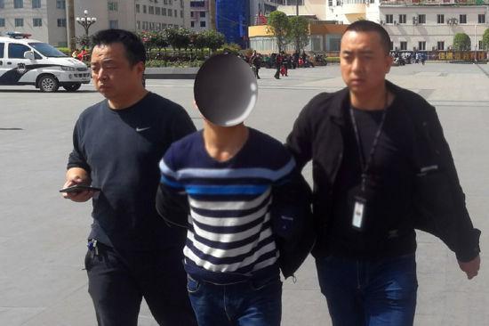 凌晨入户抢劫强奸的郭某被警方抓捕归案。王艳 摄
