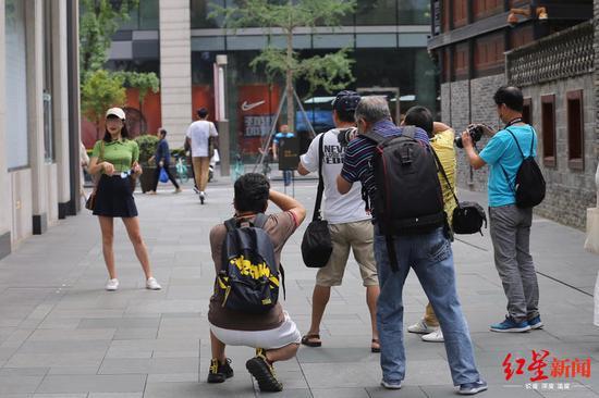 街拍客扎堆成都太古里专拍美女 未来或要求他们持证街拍