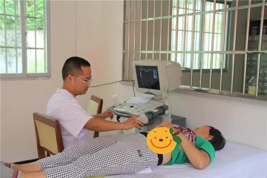 医护人员为群众耐心看诊