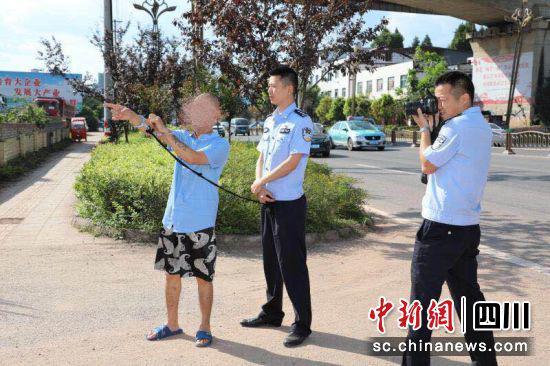 警方带着犯罪嫌疑人张某指认现场。钟欣 摄