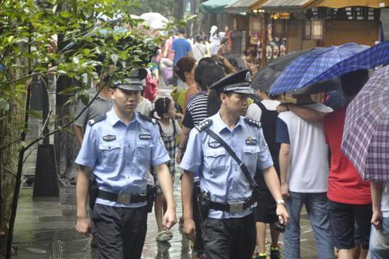 派出所民警在宽窄巷子景区巡逻。成都市公安局供图