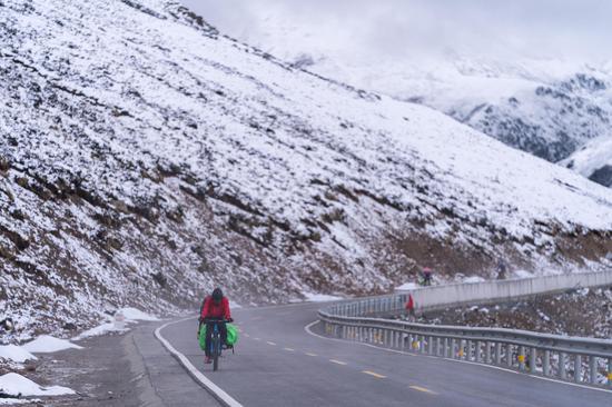为给孩子一个不一样的暑假 40岁爸爸带着4岁女儿骑行川藏线