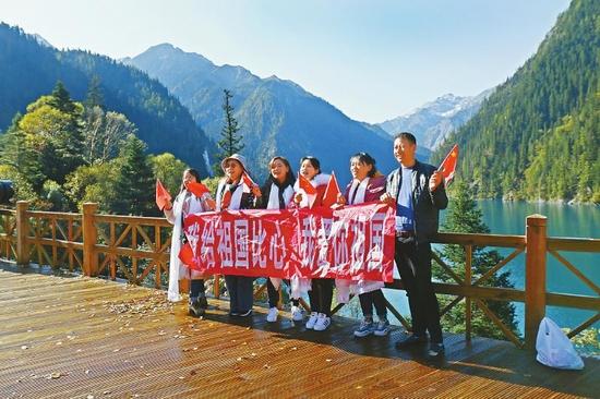 在美丽的长海,游客拉起横幅祝福祖国。