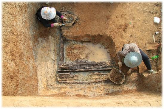 2010年青川郝家坪墓地发掘现场(省考古院供图)