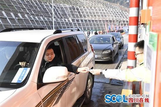 通江通高速公路 四川秦巴山区实现县县通高速