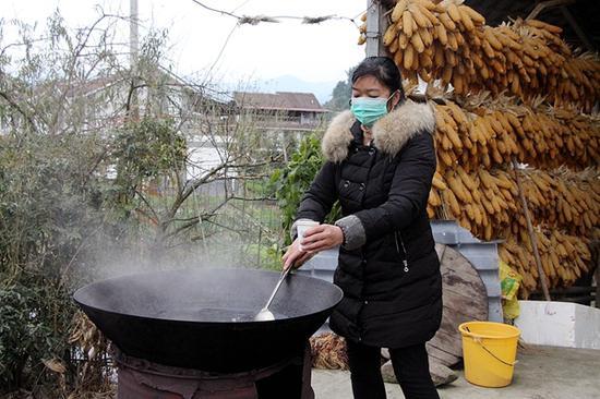 范玉珊正在为村民们熬汤药