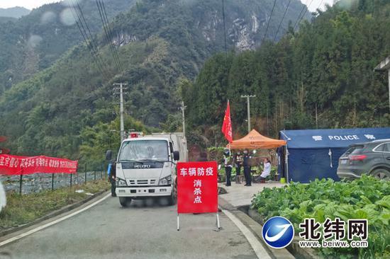 在双石镇往县城方向入口设立的消杀点,经过的车辆必须消毒,人员必须测量体温并登记。