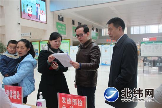 春节前夕,市医院党委书记杜潇(右二)到各院区检查防疫工作落实情况,慰问一线医务人员