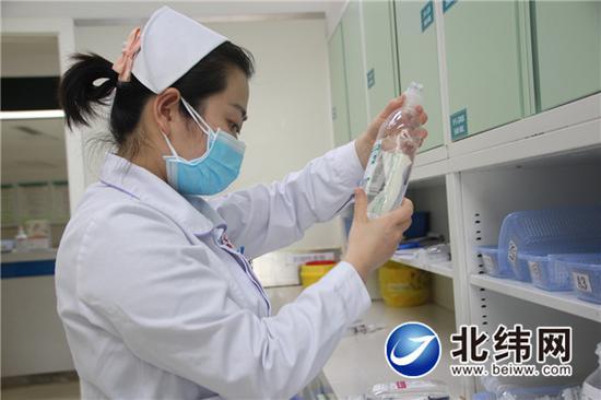 市医院妇产科护士高晓虓正在核对病人用药信息
