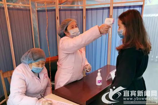 赵静正为群众检测体温。(屏山县委宣传部供图)