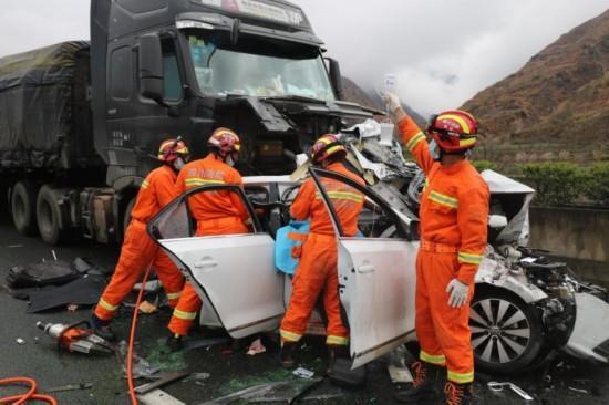 雅西高速九襄至汉源段多车连环相撞 造成1死1伤