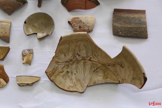 ↑龟胜山道场遗址发现的器物碎片。