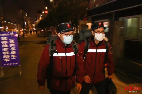 钱树森和同事在武汉支援