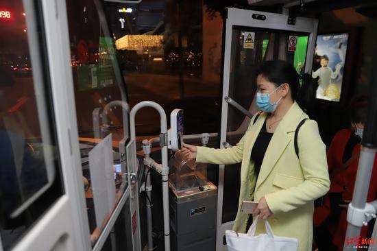 成都28条夜间公交全面恢复 乘坐的市民多吗?