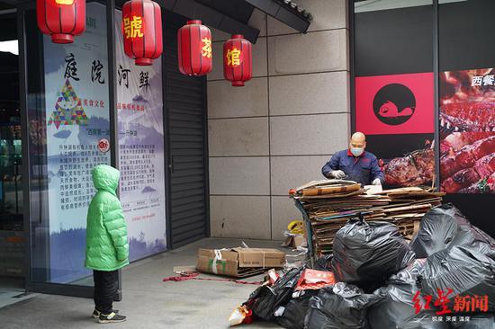 儿子守着正在收废品的父亲