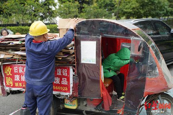 杨宏伟带着儿子收废品