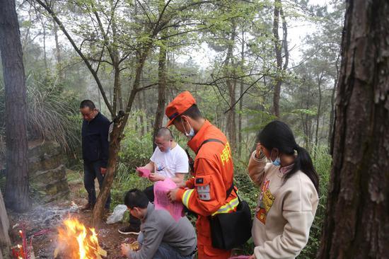 四川森林消防总队严查进山入林 重庆一天收八百余火源