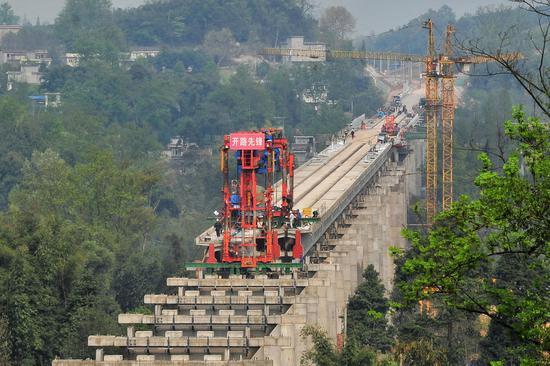 ▲2018年3月,川藏铁路成雅段全长1687米的猫庙河特大桥正在进行架梁施工 图据ICphoto