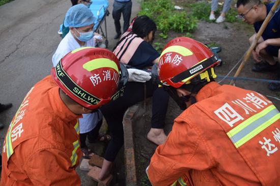 痛痛痛!女子翻越台阶被钢筋刺穿 达州消防剪切救援