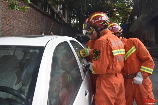 不足1岁幼儿车内大哭车门被锁钥匙忘车上 消防破窗救人