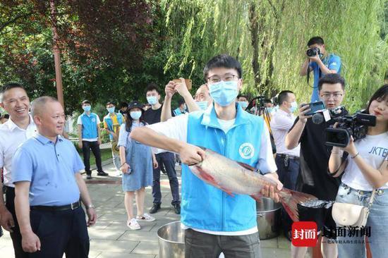 四川这所高校毕业季开启打鱼节 祝毕业生有渔有未来