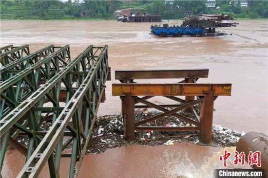 在建大桥被洪水冲毁。 苗志勇 摄