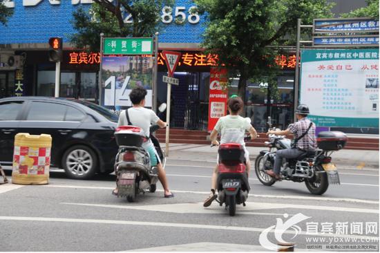 电动车逆行到此闯红灯,造成了极大的安全隐患(实习记者 杜卓滨 摄)