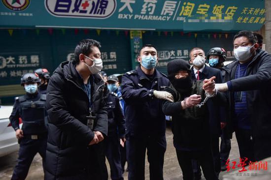 ↑冯某被警方抓获,指认现场 摄影 杨烈