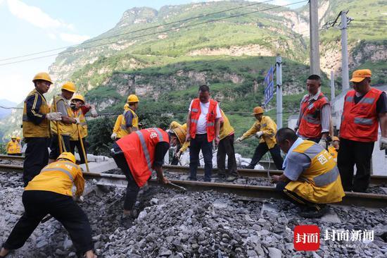 成昆铁路岩崩地质灾害区段抢通 暂不开行旅客列车