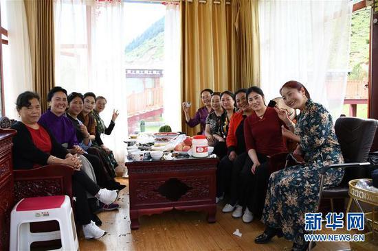游客在沟尔普村欢度周末(8月2日摄)。新华社记者 卢宥伊 摄