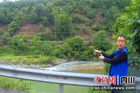 犯罪团伙头目陈福兵指认犯罪现场。