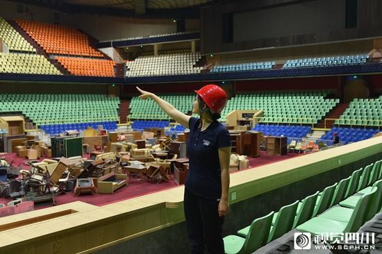 四川省体育馆副馆长蒋平英向记者介绍升级改造情况