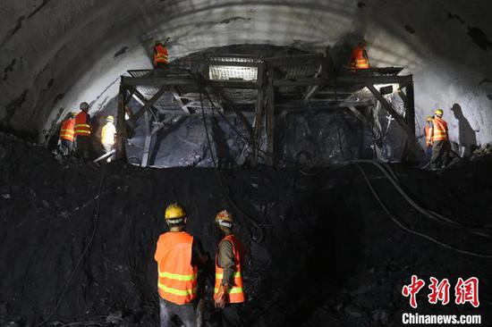 双节期间,参建员工坚守在施工一线。中铁五局 供图