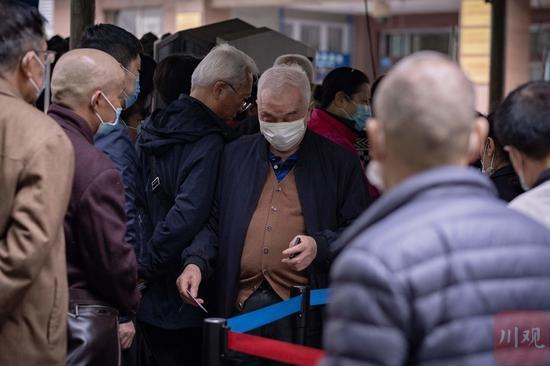 知名医院取消现场挂号 老人大喊:不能把我们拒之门外啊