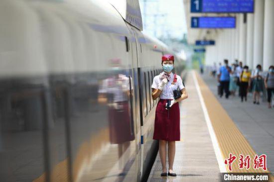 图为成都客运段乘务人员值乘成渝高铁。(资料图)成都客运段供图