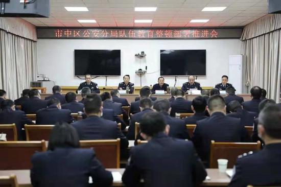 乐山市中区纪委书记朱学军(后排左三)督导区公安分局教育整顿工作