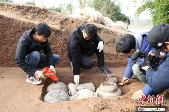 考古工作者在渠县城坝遗址开展工作。(四川省文物考古研究院供图)