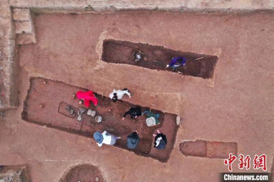 考古工作者在宣汉罗家坝遗址开展工作。(四川省文物考古研究院供图)