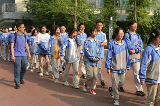 同学们到达青苏职中