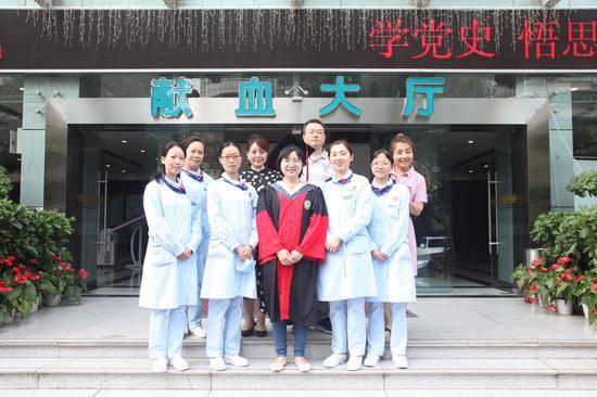 今年6月,李璇带了她的博士服到成都血液中心,和她熟悉的采血工作者拍了一张合照,留给自己做纪念。成都血液中心供图
