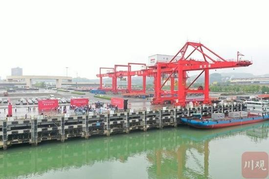 """""""南充港-重庆港""""集装箱班轮航线正式开航。"""