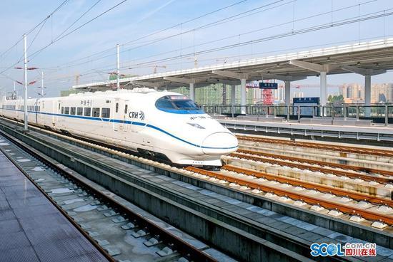 10月15日,综合检测动车组在成雅铁路成都至蒲江(朝阳湖)段的崇州车站开展试验检测。(吴正琪 摄)