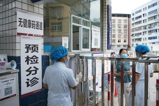 禾丰中心卫生院内,设有医务人员通道、患者通道、发热通道,设置规范,且标识醒目。魏冯 摄
